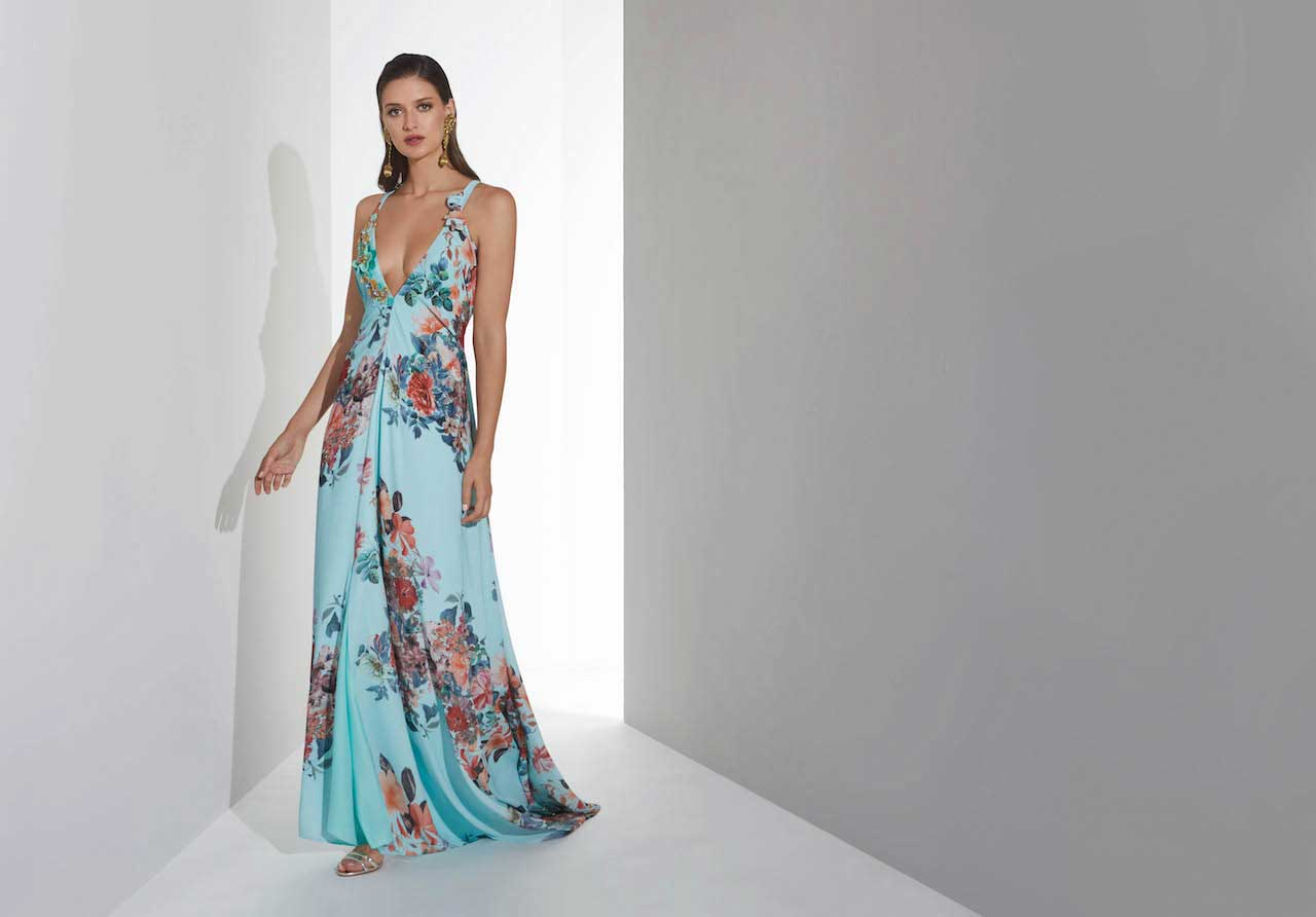 2cd38dc3960e6 Vestido con gran escote en color tiffany y flores